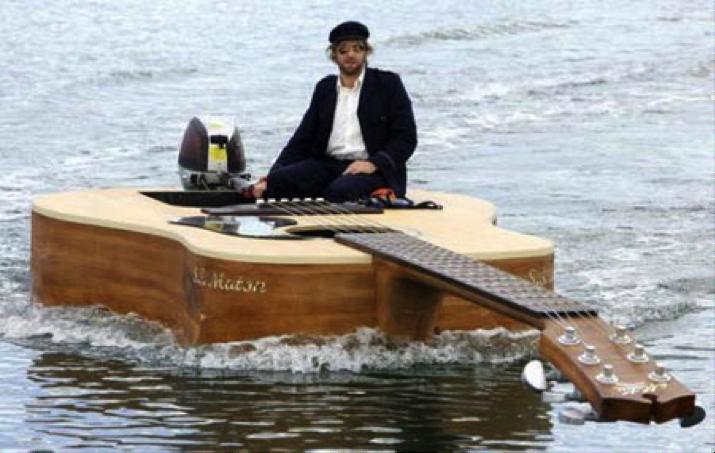 musico guitarra barca